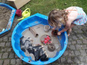 spelen met modder, zand en water